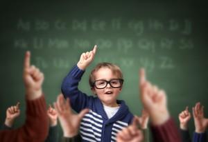 un enfant lève le doigt, s'interrogeant sur l'intérêt et l'utilisation que peuvent avoir les simulateurs de prêts en ligne.